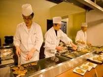 夕食バイキングでは、オープンキッチンで焼きたて、揚げたてのお料理をお楽しみ下さい。