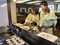【夕食バイキング】北海道らしい、貝付きホタテも焼きたてをお召し上がりください。