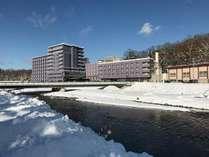 対岸のホテル駐車場より冬のホテル全景