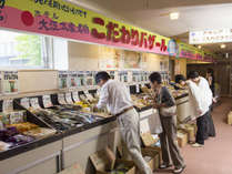 大江本家名物「こだわりバザール」。オホーツク地方の食材を中心とした特産品がお求めいただけます。