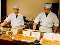【夕食バイキング】揚げ物や焼き物は料理人が目の前で熱々をご提供いたします。