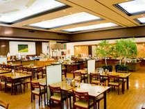 【こもれびダイニング】300名以上を収容できる広々としたレストラン。