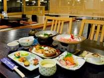 和食膳はレストランせきれいにて。テーブル席、掘りごたつのご用意があります。