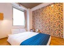 【Standard Double Room C】素足でくつろぐ小上がりスタイルのお部屋です。
