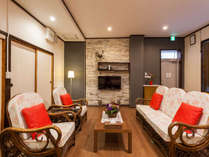 大型TVとソファーセット、Wi-Fiを備えたゆったりしたリビングルーム。仲間とゆっくり過ごしたい旅時間。