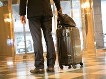 【フロントにて】チェックイン前やチェックアウト後の荷物のお預かりもOK!