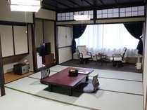 ゆったり畳でお寛ぎ頂ける和室10畳。窓からは大黒山の自然をお楽しみ頂けます。