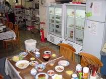 一階食堂です。ショーケースの冷蔵庫からお好きな料理をどうぞ。