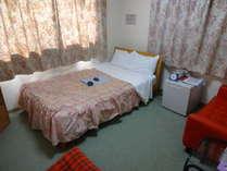 2F213号室。セミダブル設置。バストイレ付。カップル様歓迎。大浴場有。貸切利用可。