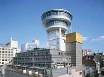 遠目にもわかる円筒形の建築。広島でいちばん便利な宿♪