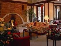 大きいソファや暖炉のある落ち着いた雰囲気のロビー、館内は全て生花で花の香りに包まれたホテル
