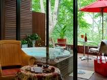 露天ジャクージからは森林の眺め、最高の贅沢です。