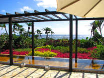 【シギラ黄金温泉】海と南国の花々を眺めて入る展望風呂(女性用)