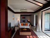 プールヴィララグーンスイートVIDルーム/1階ラグーンビューの客室です。テラスでもお寛ぎいただけます