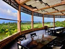 【シギラベイカントリークラブ(リゾート内)】クラブハウスレストラン。グリーンと海を望むテラス席が人気