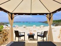 【シギラビーチ(リゾート内)】テント式のカバナは、一棟ずつ琉球石灰岩で区切られたプライベート空間。