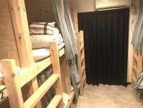 2段ベッドの男性部屋です。上の段は子供の時のわくわくを思い出すかも?