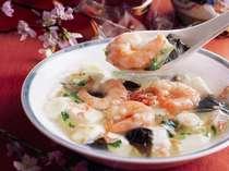 2階 中国料理・桃花林  美味求心を地でいく広東料理。薄味を基調とした繊細なお料理をご賞味ください。