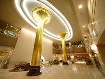 ロビーには金色に輝く柱がお出迎え。浜松らしくトランペットをイメージした柱です。