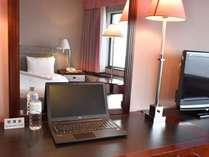 お部屋の机はPC作業も快適な幅広サイズ