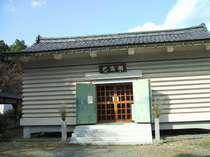 己高閣:鶏足寺の十一面観音をはじめ己高山にあった寺院の重要文化財が多数納められています。徒歩3分