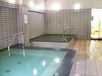 大浴場内湯:内湯には地元採取・栽培の薬草を使った薬草風呂があります。