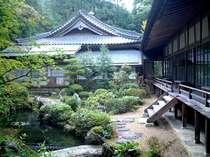 本堂と中庭。庭に下りて散策していただけます。