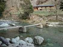 季節によって、清流・馬立川のさまざまな表情を楽しむことができます。(小橋と更衣室)