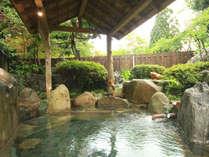 かけ流しの天然温泉に浸かってゆったりと癒しのひとときをお過ごしくださいませ。