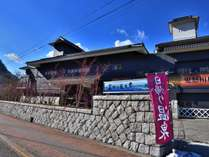 外観、鬼怒川公園駅前に立地しています。