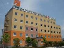 【チサンイン豊川インターの全景】明るい色調のホテル建物は国道151号沿い、目立つから迷うことナシ!