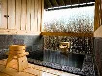 開放感あふれるお部屋専用の露天風呂は、信楽焼き陶器風呂と切り石造りの半露天風呂の2タイプ