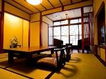 飛騨の家具で統一された、ゆったりとした8畳客室(一例)