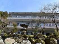 外観:川から眺める旅館