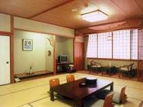 和室10-15畳に広縁、32型液晶テレビ完備(一例)お人数にあわせてご用意させていただきます。