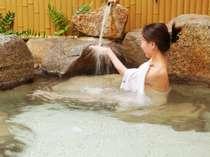 美肌湯の自家源泉100%かけ流しの露天風呂。皮膚表面を柔らかくし、脂肪や分泌物を洗い流す効果アリ。