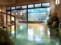 肌に良い硫黄分を含む良質な自家源泉と、湯田温泉の源泉がミックスされ、2種の源泉湯があふれ出る大浴場