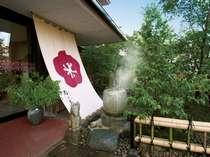 玄関前に設置した「手湯」。自家源泉のなめらかな質感をその手で指で実感下さい。