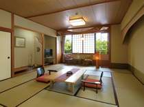 和室一例:10畳~15畳をお人数にあわせてご用意いたします。広縁、椅子・テーブル、液晶テレビ完備