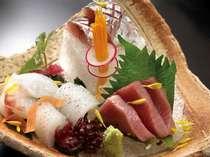 その日仕入れたばかりの天然のお魚の盛り合わせ。素材の新鮮さは折り紙つき!(料理一例)