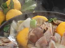 彩り豊かな柚子鍋。瑞々しいお野菜と新鮮な天然のお魚たっぷり!(鍋一例)