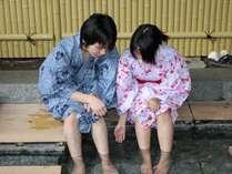 カップルで色浴衣に身をつつみ、近くの足湯散策に出かけよう♪