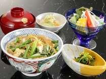 選べる夕食の一つ【親子丼御膳】しっかりご飯にだしがしみ渡り、お肉も柔らかくまるで料亭の味!と高評価。