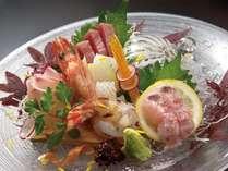 獲れたての天然魚の新鮮さは折り紙つき。(お造り一例)
