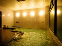 ◆美肌湯の自家源泉100%かけ流しの露天風呂。皮膚表面を柔らかくし、脂肪や分泌物を洗い流す効果アリ。