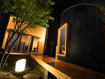 【斗(と)】お庭には蒸し湯も楽しめる樽風呂がございます。