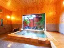 【信(しん)】内湯には壁や天井までもが檜造りの檜風呂と優しい香りが癒してくれる檜のベッド。