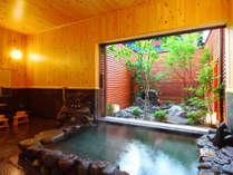 【匠(しょう)】檜壁、檜天井の心地よい香り溢れる内湯には個性豊かな石々で組まれた趣き深い岩風呂