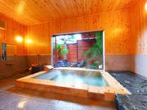 【信(しん)】内湯には壁や天井までもが檜造りの檜風呂とゆっくり寛げる鉄平石ベッド。