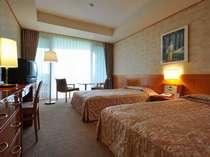 お部屋は軽井沢の自然と調和させた木や石の素材を基調とした落ち着いた雰囲気(ツインルーム30平米)